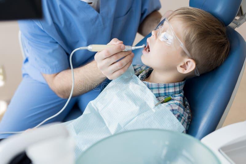 Dentista Treating Little Boy imagens de stock