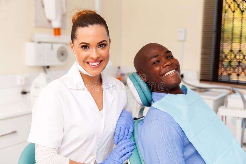 Dentista y paciente africano imágenes de archivo libres de regalías