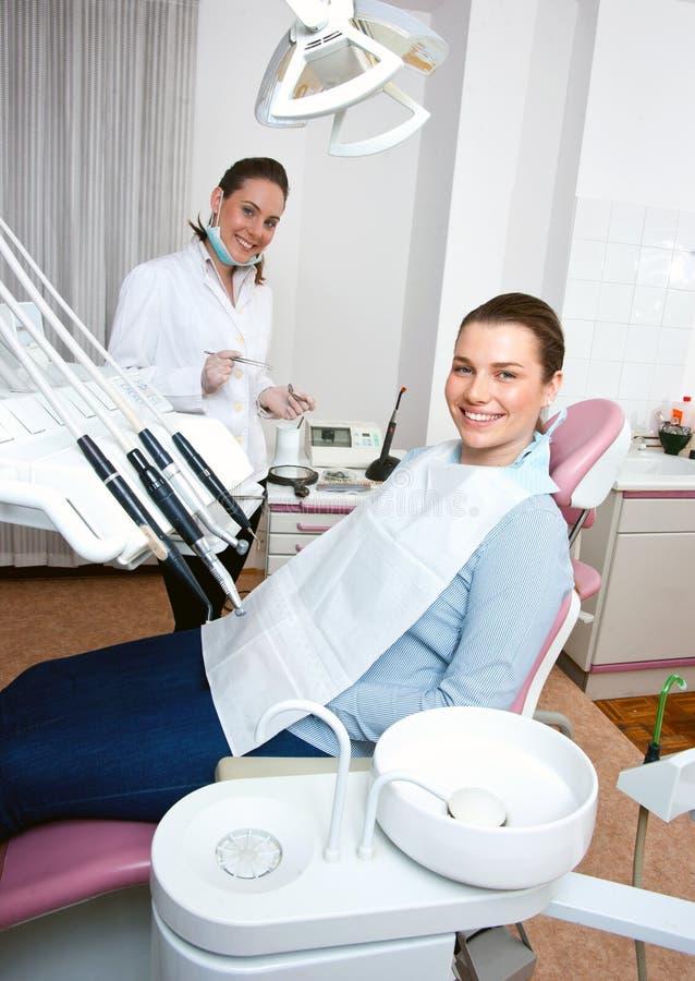 Dentista y paciente en oficina imagen de archivo libre de regalías