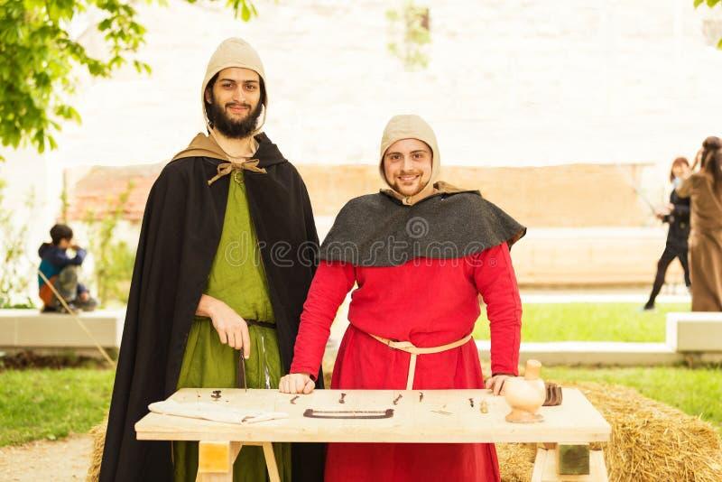 Dentistas medievales durante una representación al aire libre imagen de archivo libre de regalías