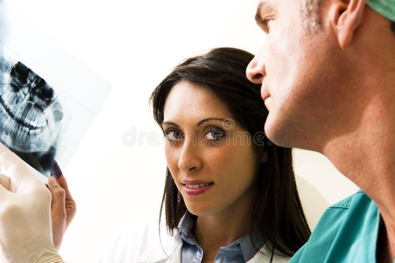 Dentistas que consultan imagenes de archivo