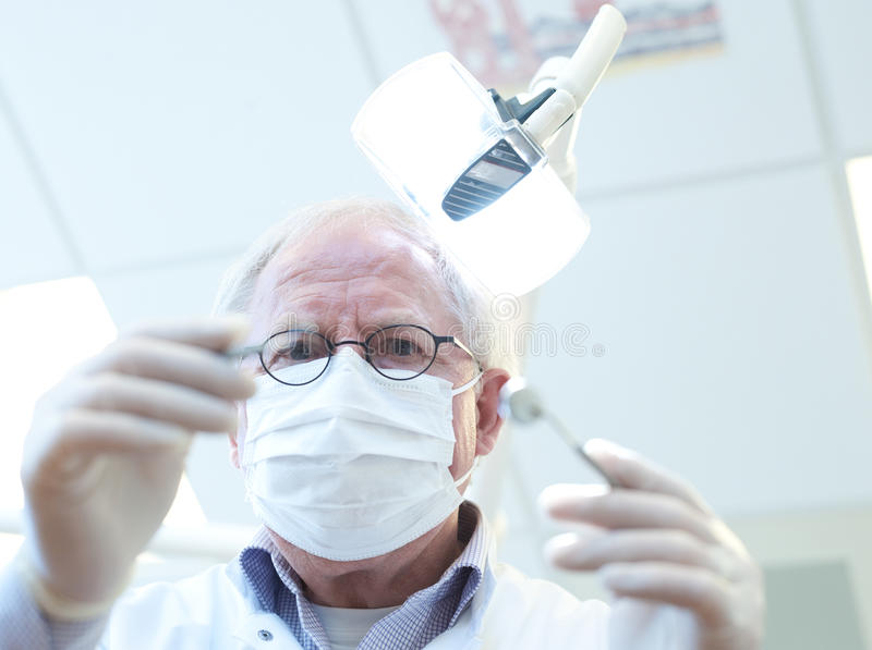 Dentiste aîné photo stock