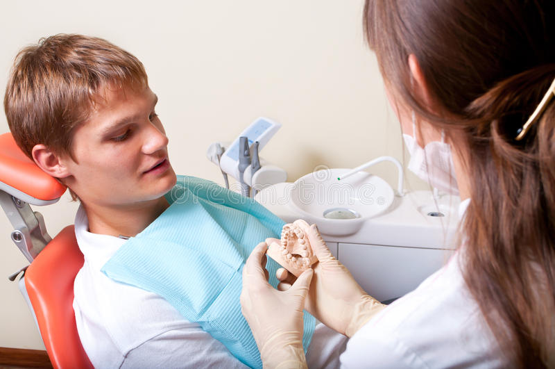 Dentiste au travail images stock