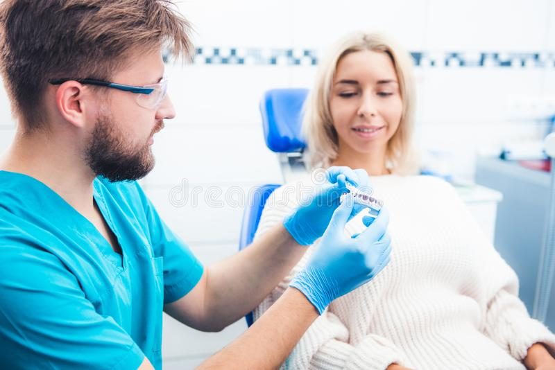 Dentiste avec le modèle de dents photo libre de droits