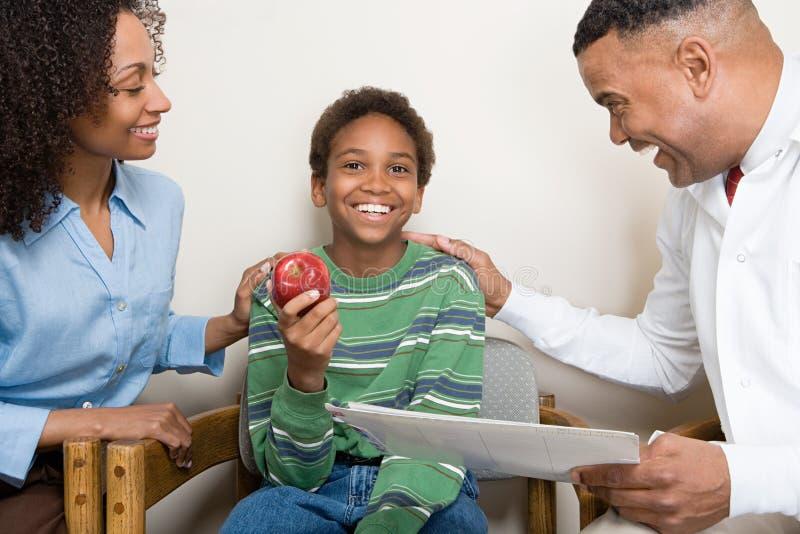 Dentiste avec le patient image stock