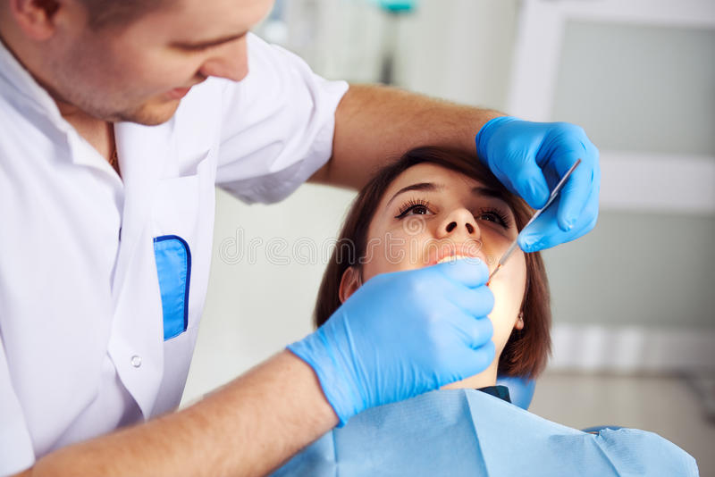 Dentiste avec le patient images stock