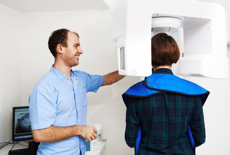 Dentiste avec le patient images stock