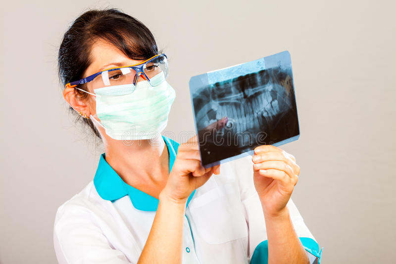 Dentiste avec le rayon X photographie stock