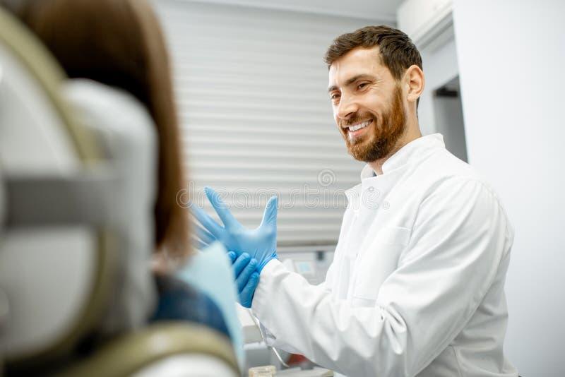 Dentiste beau se préparant à la procédure images stock