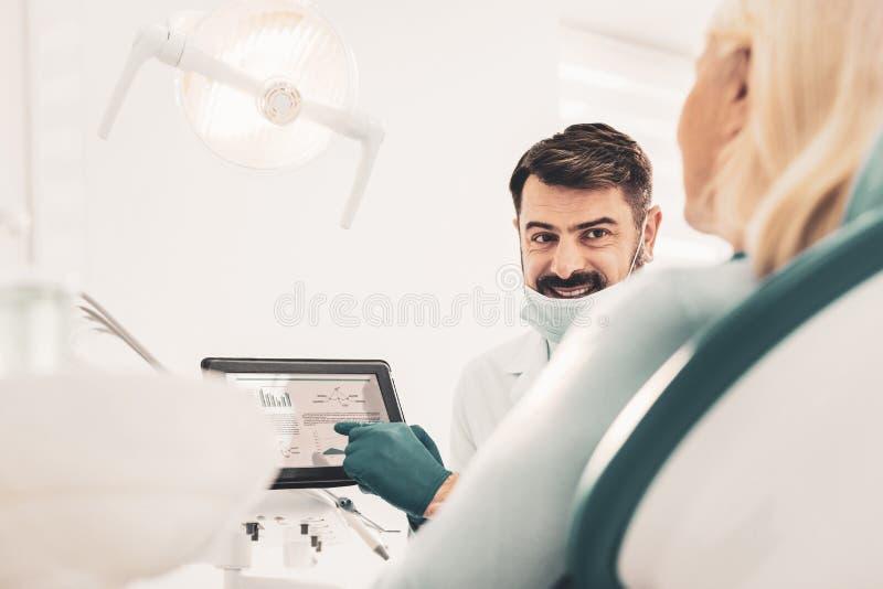 Dentiste consultant son patient plus âgé image libre de droits