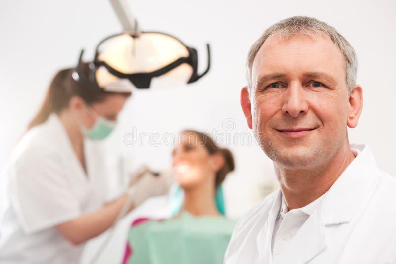 Dentiste dans sa chirurgie photographie stock libre de droits