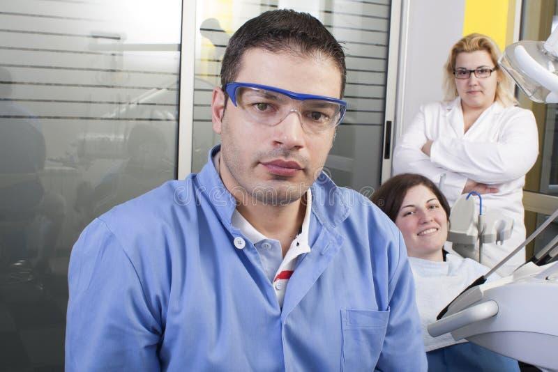 Dentiste dans sa chirurgie image stock