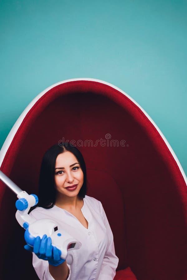 Dentiste de docteur expliquer l'implant des dents au patient dans la clinique dentaire image stock