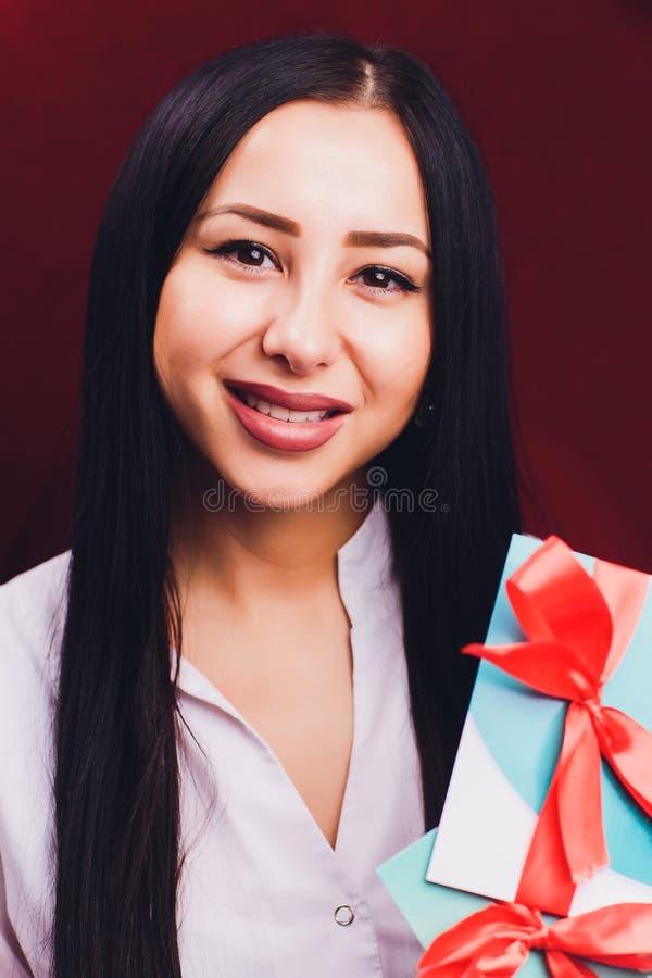 Dentiste de docteur expliquer l'implant des dents au patient dans la clinique dentaire illustration avec l'arc rouge image stock