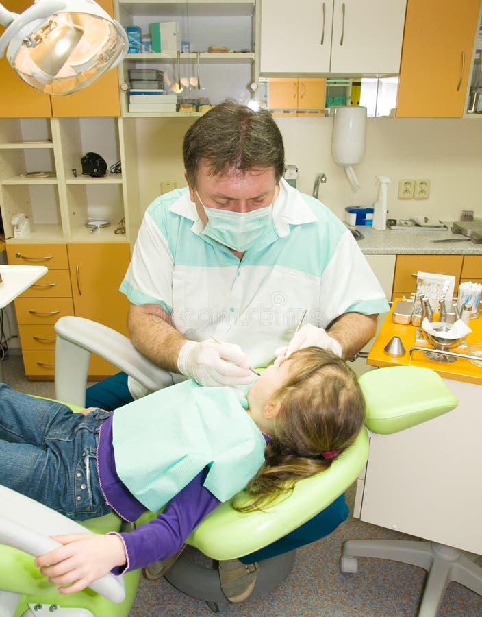 Dentiste et fille photo stock