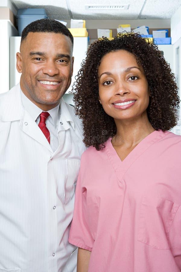 Dentiste et infirmière dentaire photo libre de droits