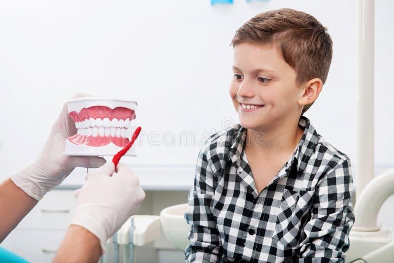 Dentiste et petit patient. photographie stock
