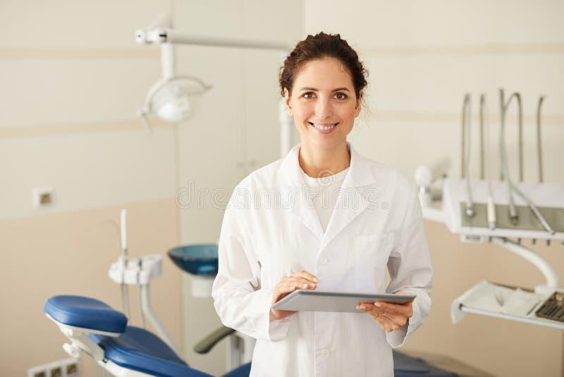 Dentiste féminin Posing image libre de droits