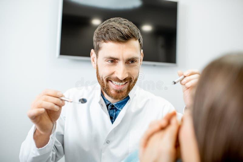 Dentiste fou pendant la procédure dans le bureau dentaire photographie stock