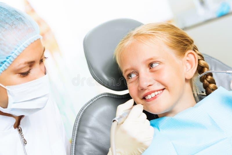 Dentiste inspectant le patient photos libres de droits