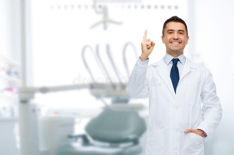 Dentiste masculin de sourire dirigeant le doigt  photos libres de droits