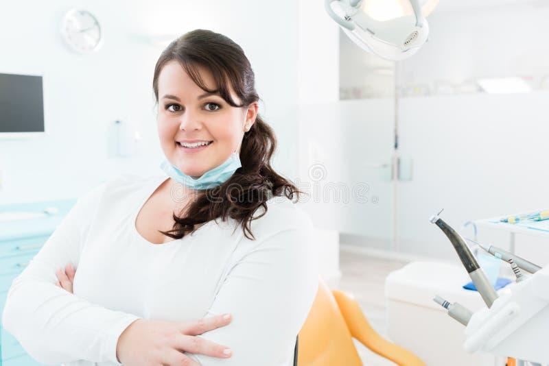 Dentiste ou infirmière se tenant en chirurgie dentaire photos libres de droits