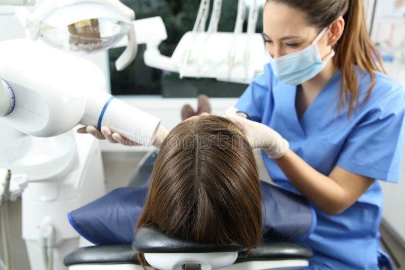 Dentiste prenant le rayon X des dents photographie stock libre de droits