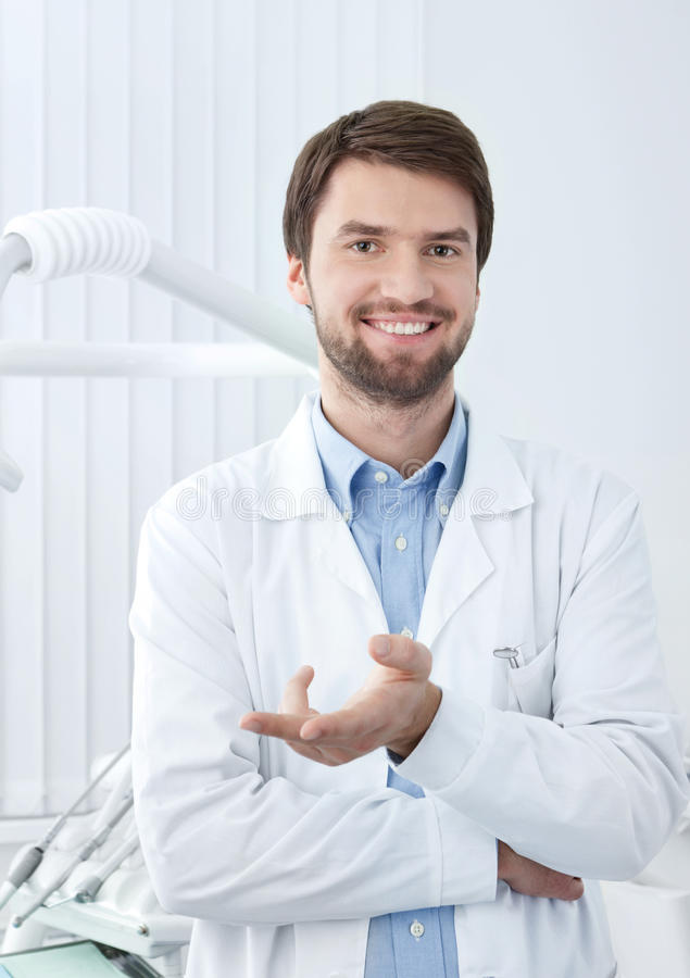 Dentiste souriant image stock
