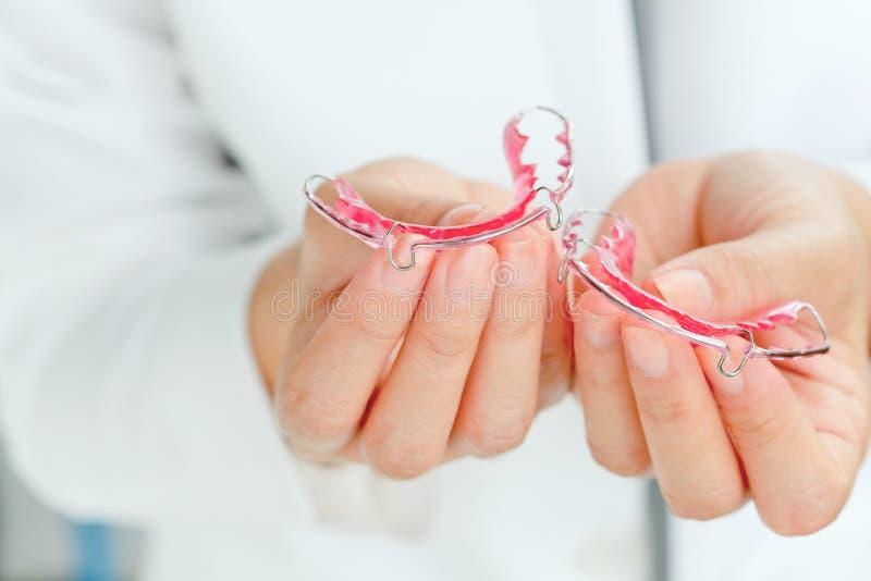 Dentiste tenant l'arrêtoir photos libres de droits