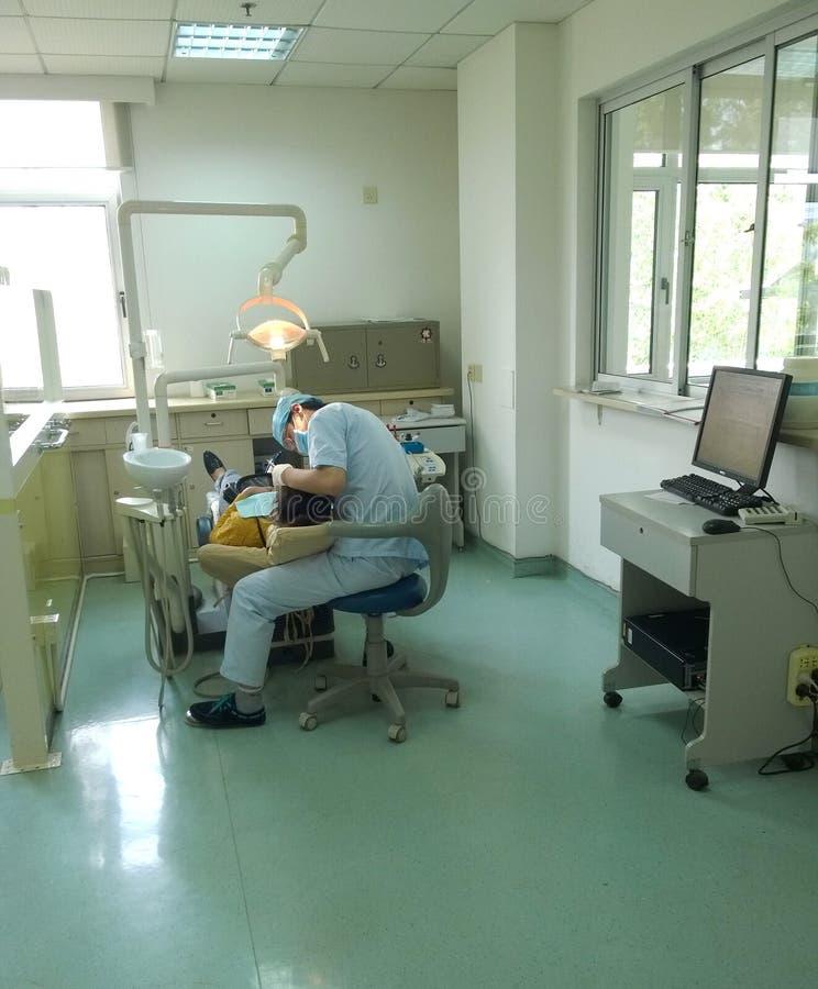 dentiste travaillant photographie stock libre de droits