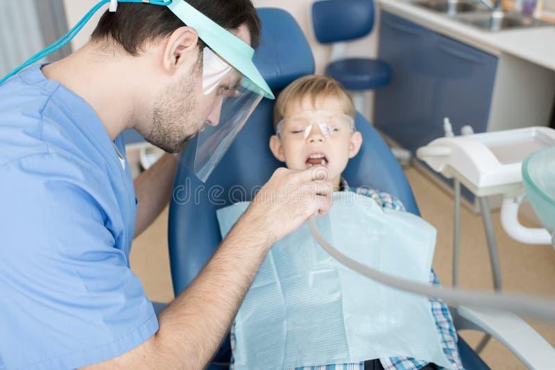 Dentiste Treating Children images stock