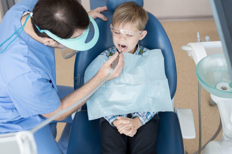 Dentiste Treating Little Boy photos stock