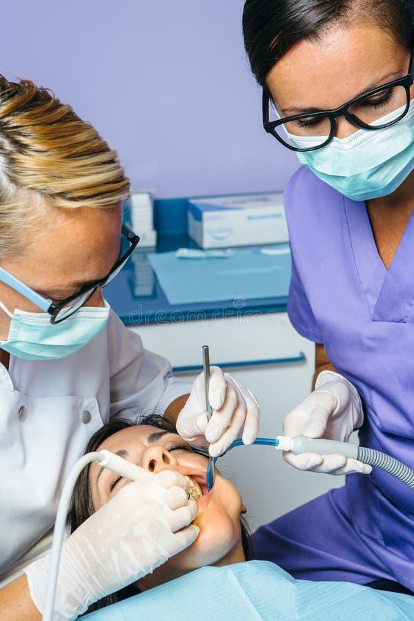 Dentisti che lavorano con il paziente fotografia stock libera da diritti