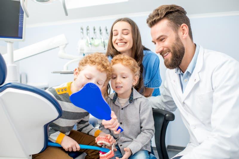 Dentisti con i ragazzi al officee dentario fotografia stock libera da diritti