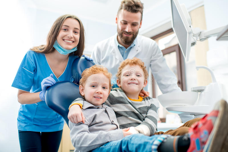 Dentisti con i ragazzi all'ufficio dentario fotografia stock libera da diritti
