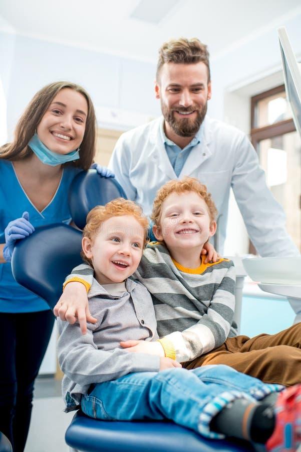 Dentisti con i ragazzi all'ufficio dentario immagini stock