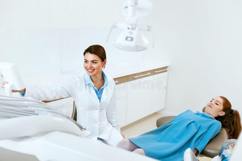 dentistry Clínica do doutor And Patient In do dentista foto de stock