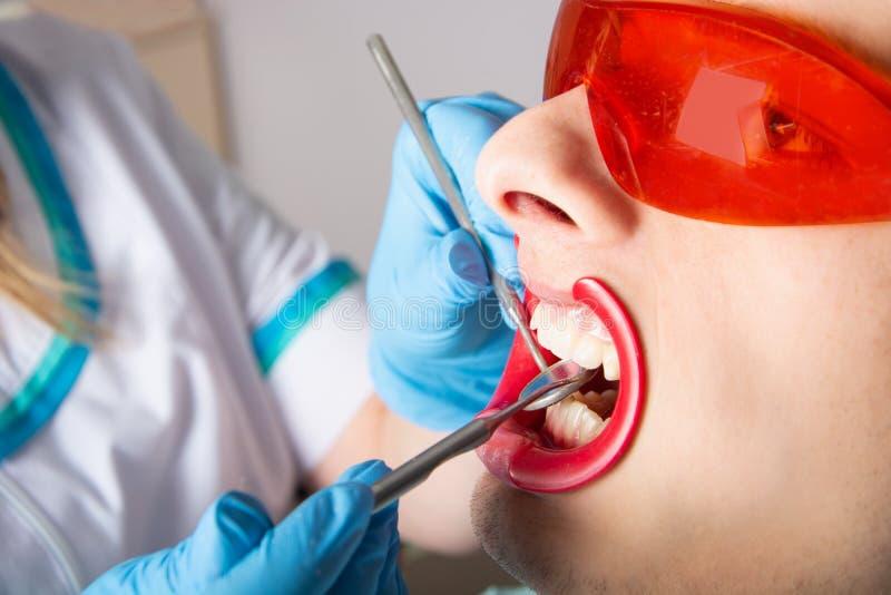 dentistry Undersökning av tänder med hjälpen av en tand- spegelnärbild royaltyfria foton