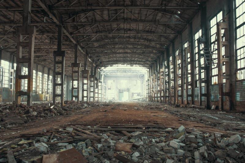 Dentro abandonado y frecuentado almacén espeluznante industrial, edificio arruinado viejo de la fábrica del grunge imagenes de archivo