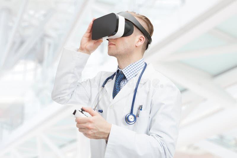Dentro ciérrese encima del tiro del doctor de sexo masculino que lleva los vidrios de VR fotos de archivo