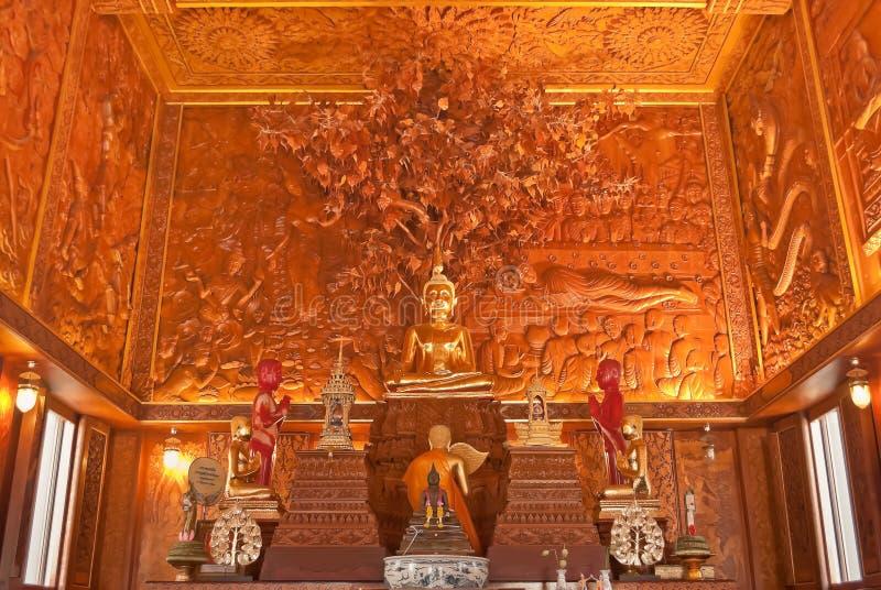 Dentro completamente da igreja de madeira do teak, Tailândia foto de stock