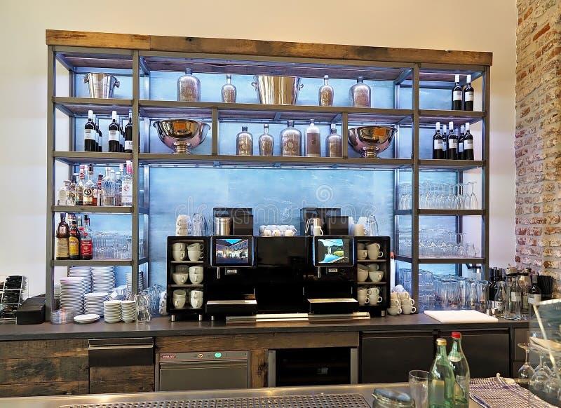 Dentro da barra com garrafas e bebidas imagem de stock