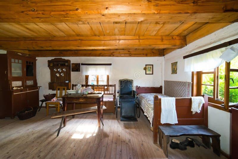 Dentro da casa rural velha no século de XIXth do Polônia imagem de stock