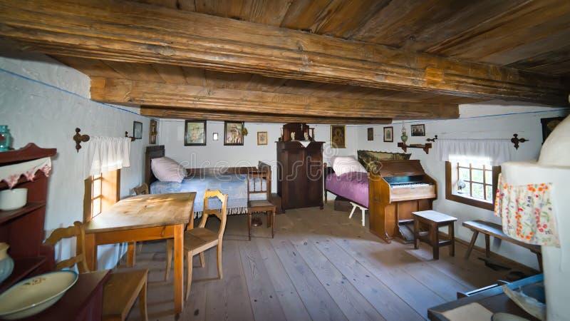 Dentro da casa rural velha no século de XIXth do Polônia foto de stock royalty free