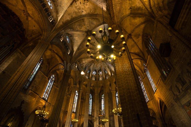 dentro da catedral de Barcelona em spain imagem de stock
