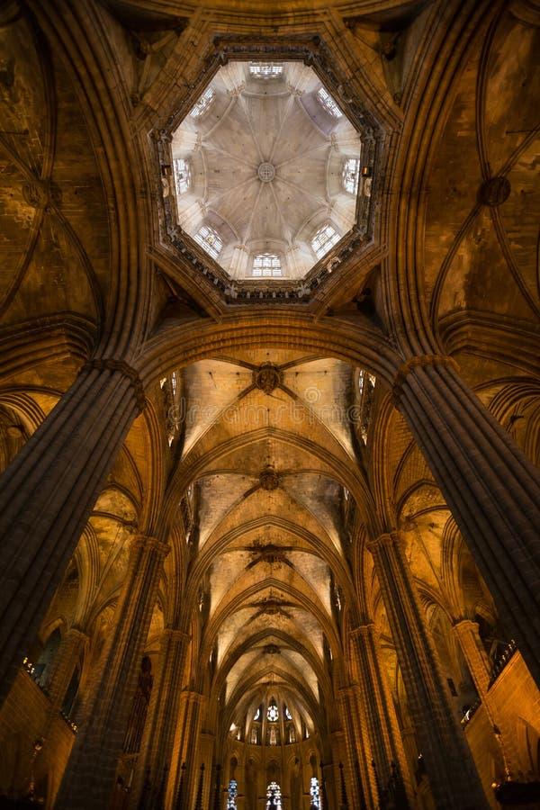 dentro da catedral de Barcelona spain fotos de stock