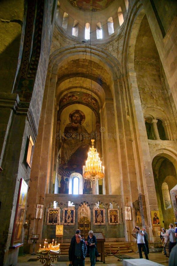 Dentro da catedral de Svetitskhoveli em Mtskheta, Geórgia foto de stock