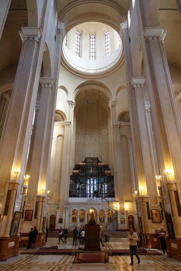Dentro da catedral da trindade santamente em Tbilisi fotografia de stock