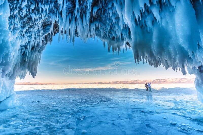 Dentro da caverna de gelo azul com amor dos pares no Lago Baikal, Sibéria, Rússia oriental imagem de stock royalty free
