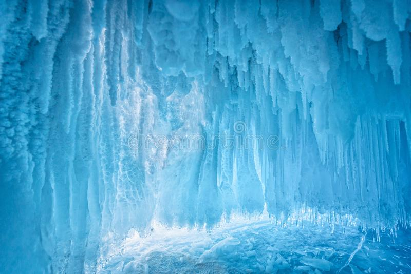 Dentro da caverna de gelo azul no Lago Baikal, Sibéria, Rússia oriental foto de stock